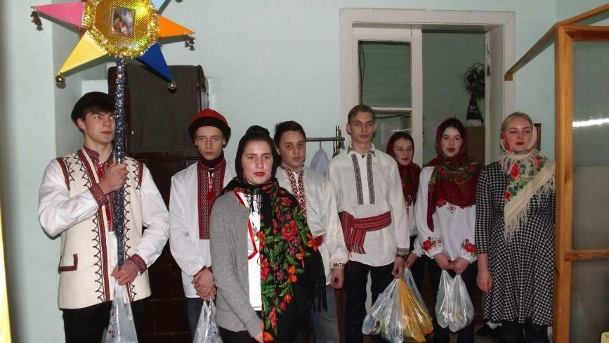 Для бійців у Житомирському госпіталі колядувала молодь Михайлівського собору. Фото