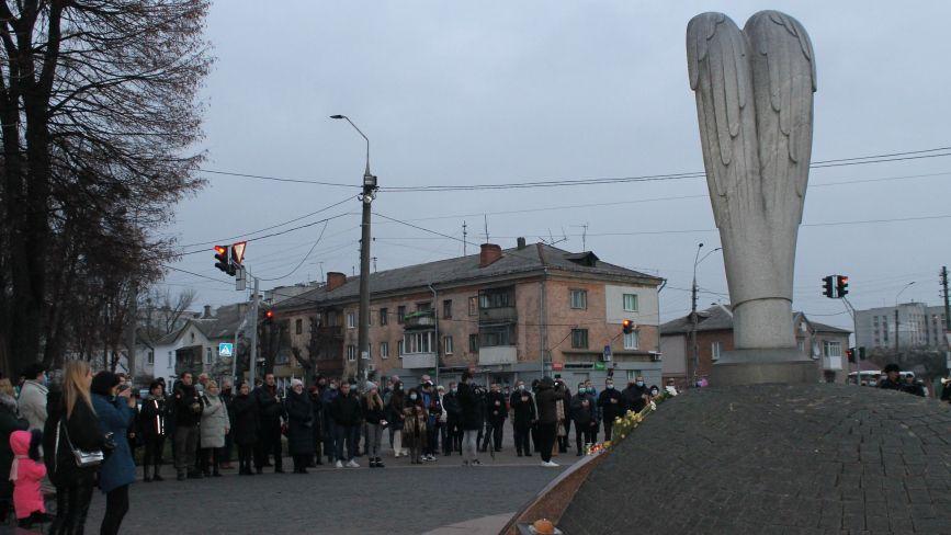 У Житомирі біля пам'ятного знаку «Сумуючий янгол» вшанували пам'ять жертв Голодоморів. Фоторепортаж