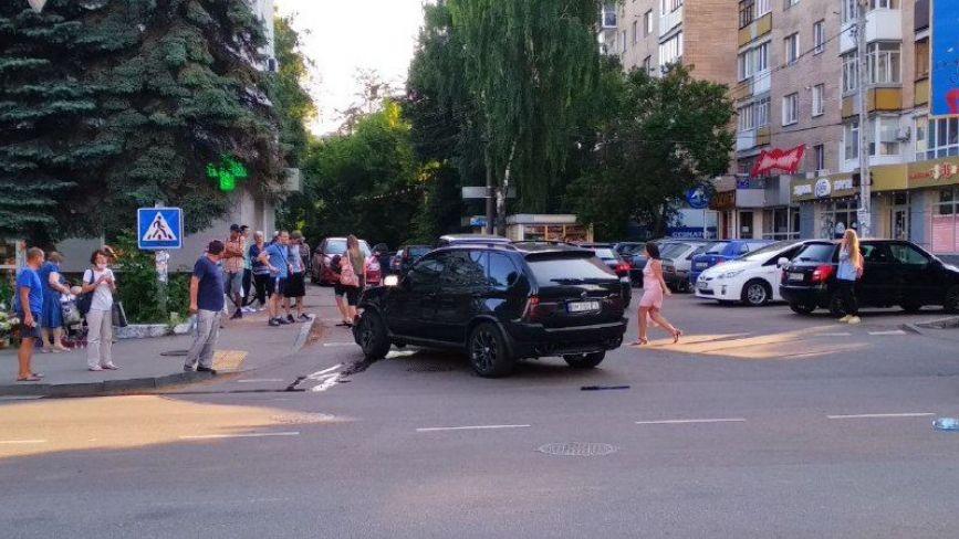 ДТП на розі Довженка і Великої Бердичівської: автівку декілька раз розвернуло на перехресті. ФОТО