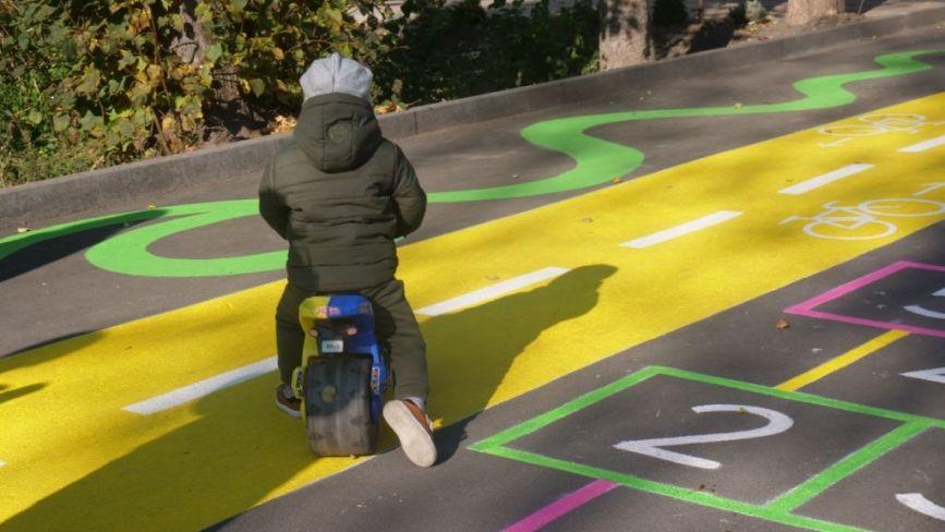 Біля скверу на Лятошинського з'явився інтерактивний дитячий майданчик
