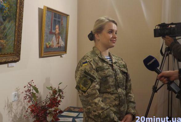 """У Житомирі відкрили патріотичну виставку картин """"Листи героям"""" художника Юрія Камишного"""