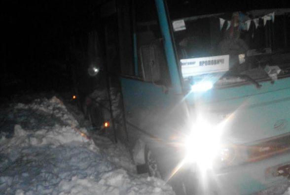 Рятувальники Житомирщини продовжують вилучати автомобілі зі снігових пасток