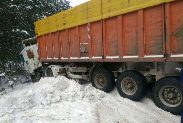 Протягом доби рятувальники Житомирщини 6 разів допомагали визволяти автомобілі зі снігових заметів