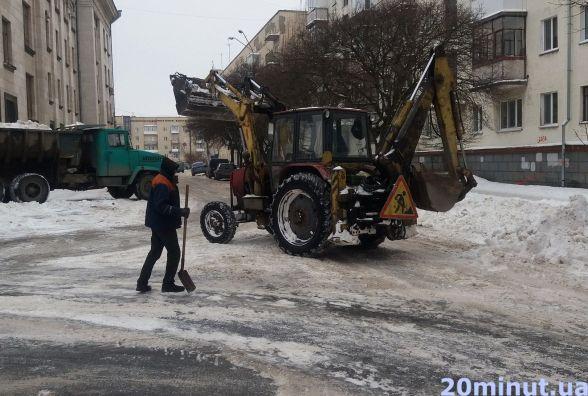 Фотофакт. З центру Житомира вивозять сніг