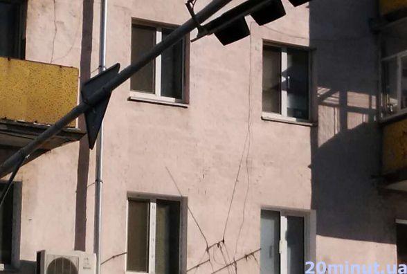 """Фотофакт. У Житомирі з`явився """"падаючий"""" світлофор"""