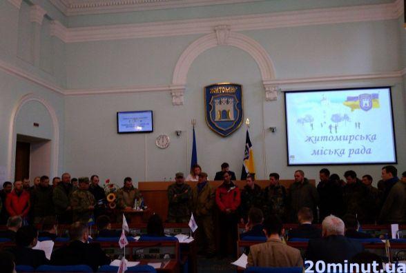 """Фотофакт. На сесії Житомирської міськради до слова """"рвуться"""" люди у камуфляжі"""
