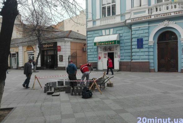 Фотофакт. На Михайлівській не встигли покласти плитку, як вже знімають назад