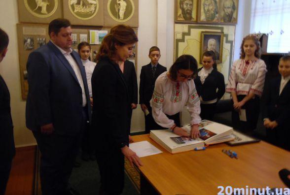 Марина Порошенко привезла до Житомира «Книгу миру»