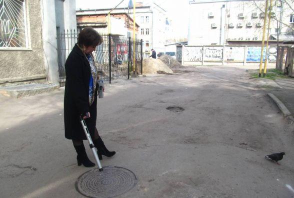 Фахівці перевірили радіаційний фон кришок каналізаційних люків Житомира