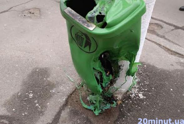 Фотофакт. У Житомирі невідомі понівечили сміттєвий бак
