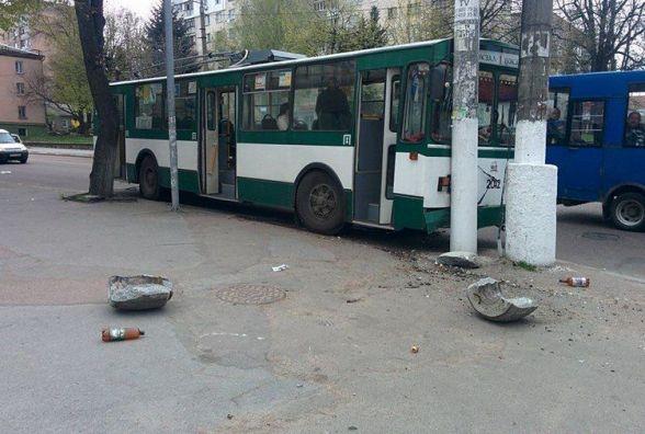 У Житомирі тролейбус в'їхав у електроопору: поліцейські знайшли винуватця ДТП