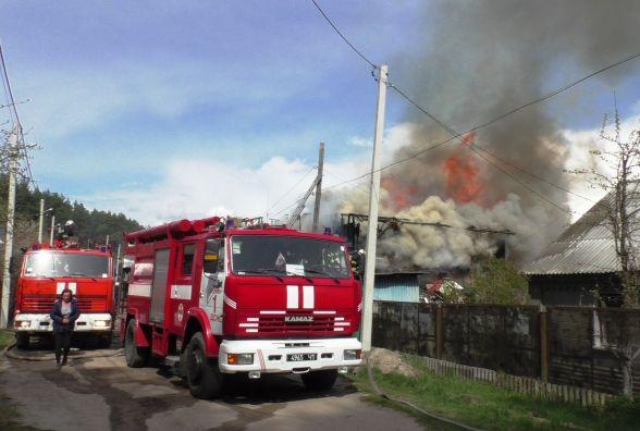Для ліквідації масштабної пожежі у Житомирі знадобилося 35 вогнеборців і 6 одиниць пожежної техніки. Фото