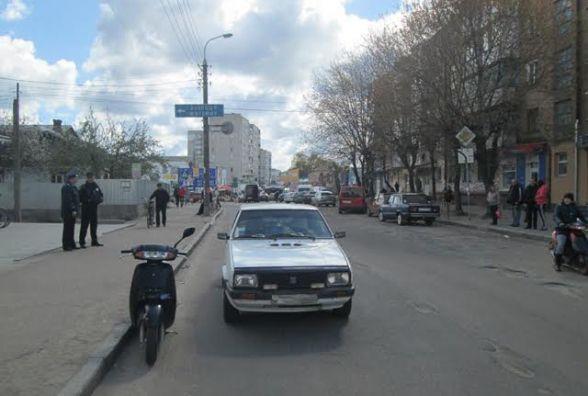 У Бердичеві не розминулися легковик і скутер: травмована пасажирка скутера