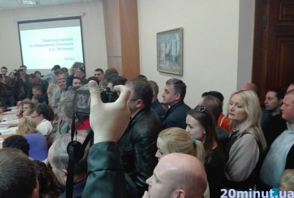 Фотофакт. Присутні активісти зривають засідання виконкому і вимагають перейти в сесійну залу