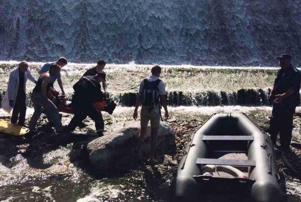 Житомирські рятувальники витягли з води чоловіка, який злетів з плотини на скутері