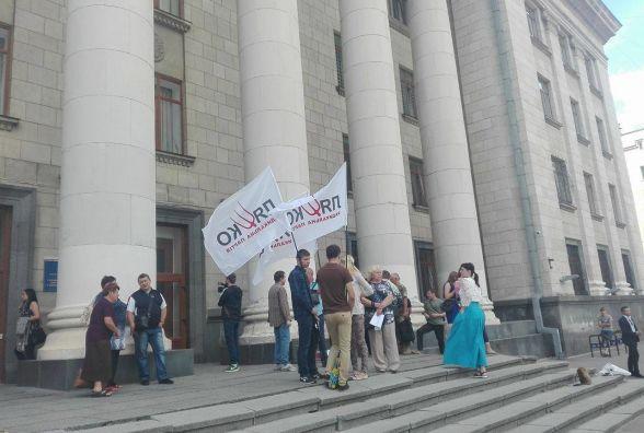Фотофакт.  Представники Радикальної партії Ляшка і активісти судитимуться проти тарифів у маршрутках