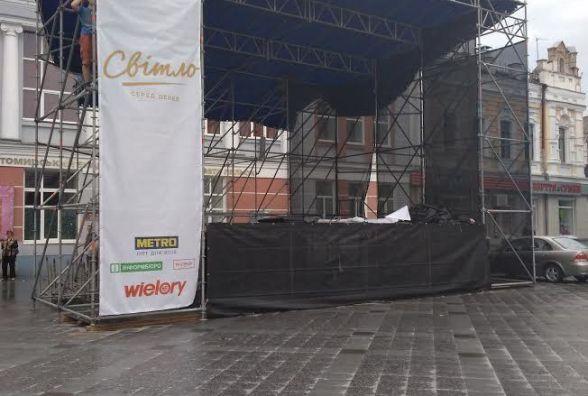 """Фотофакт. На вулиці Михайлівській монтують сцену для фестивалю """"Світло серед дерев"""""""