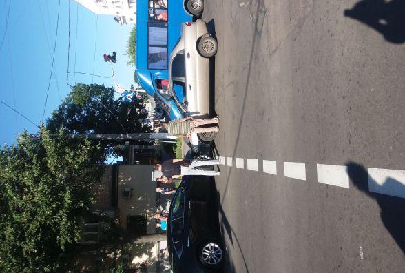 """Фотофакт. ДТП у центрі Житомира: не розминулися """"Мазда"""" і """"Ланос"""""""