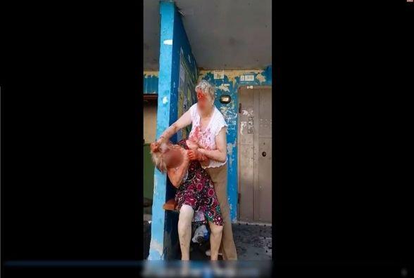 Біля багатоповерхівки у Житомирі до крові побилися дві пенсіонерки: одна з забіяк у лікарні