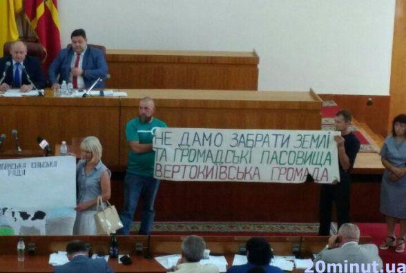 Фотофакт.  Громада Коднянської сільради  відстоювала право на землю перед депутатами облради
