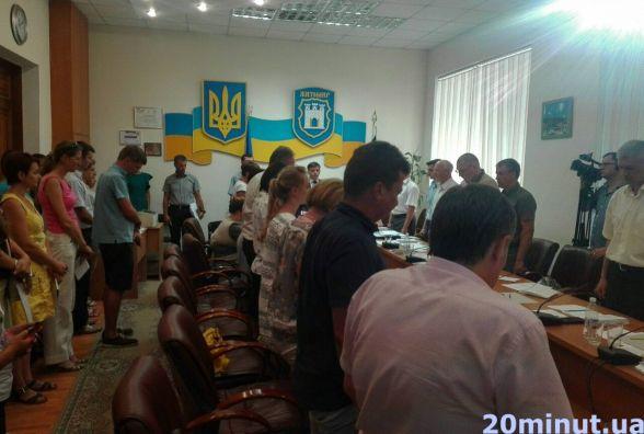 Фотофакт. На засіданні Житомирського виконкому вшанували пам'ять загиблих десантників хвилиною мовчання