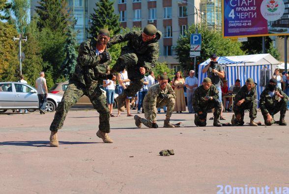 Як проходить День ВДВ у Житомирі: виставка військової спецтехніки і показові  рукопашні бої. Фоторепортаж