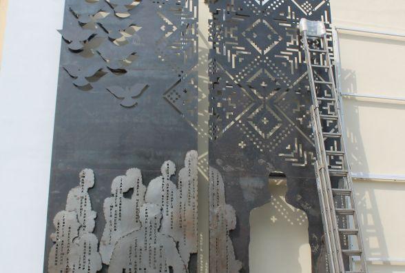 На майдані Корольова встановлюють триптих до пам`ятника Героям Небесної Сотні. Фото