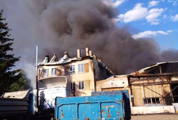 На Житомирщині знадобилося 14 рятувальників, щоб ліквідувати загоряння даху адмінбудівлі недіючого підприємства площею 1000 кв.м