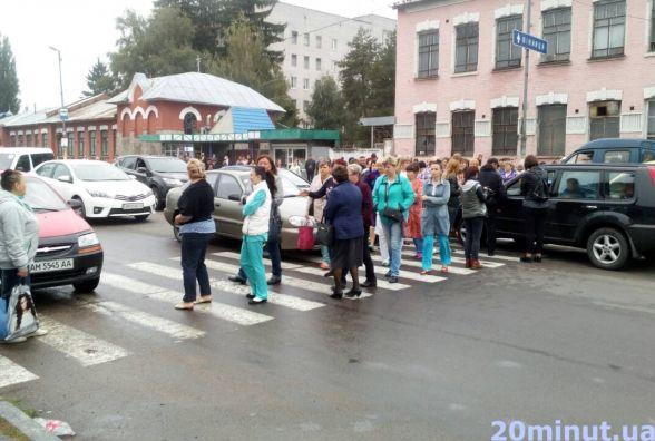 Житомирські медики перекрили дорогу на Бердичів