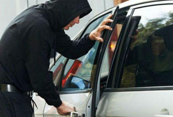 В Олевську пильні сусіди завадили злодієві вкрасти автомобіль