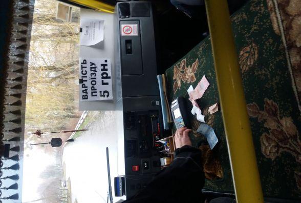 """Валідатори встановлені, проїзд по 5 гривень, однак квитки до пасажирів """"не доходять"""""""