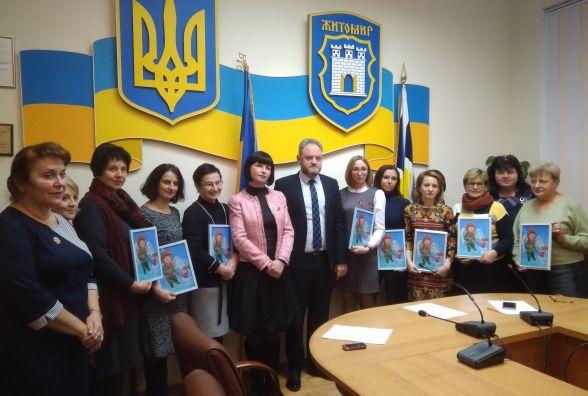Художниця Алла Юзепольська подарувала свої роботи дитячій міській лікарні