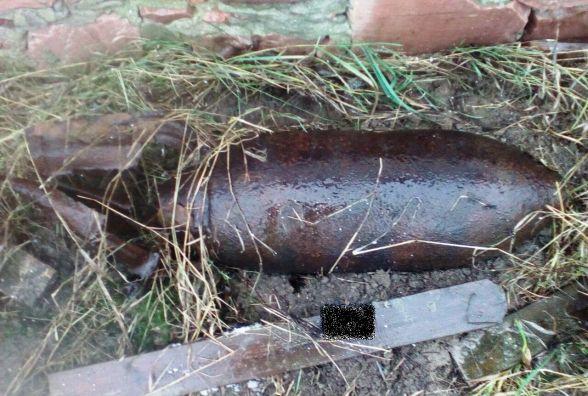 В Овруцькому районі у подвір`ї будинку знайшли 2 вибухонебезпечні предмети