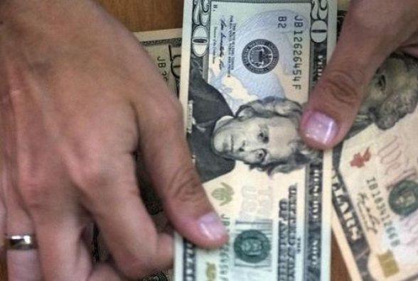 Курс долара в Україні побив рекорд за три роки