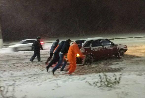 Рятувальники надають допомогу водіям, які потрапили у снігові замети