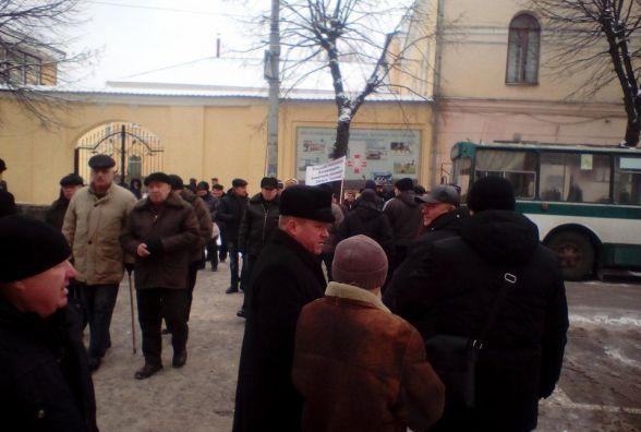 На вулиці Великій Бердичівський пенсіонери перекрили дорогу вимагаючи перерахунку пенсій
