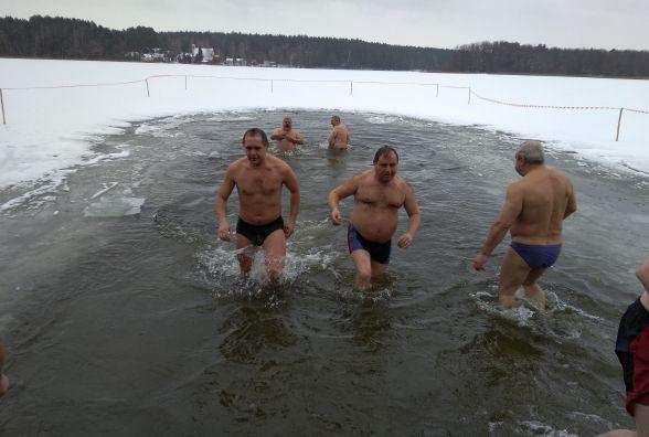 Житомиряни святкують Водохреща та купаються в освяченому Тетереві: фоторепортаж