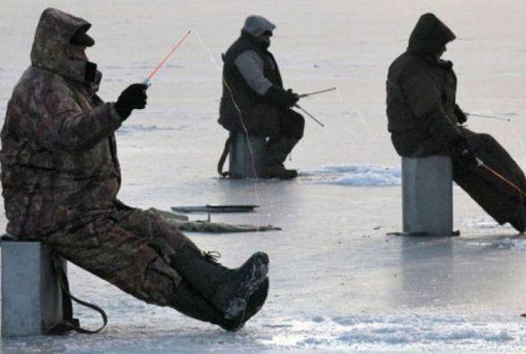 Троє рибалок врятували чоловіка, який провалився під кригу