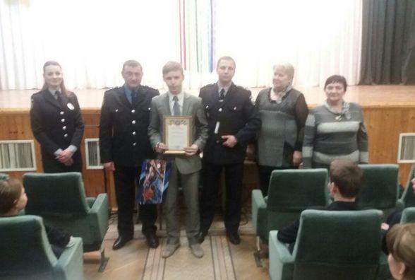 Четверо друзів-підлітків,  які наприкінці січня врятували молодика від падіння з мосту, отримали подяки від поліції