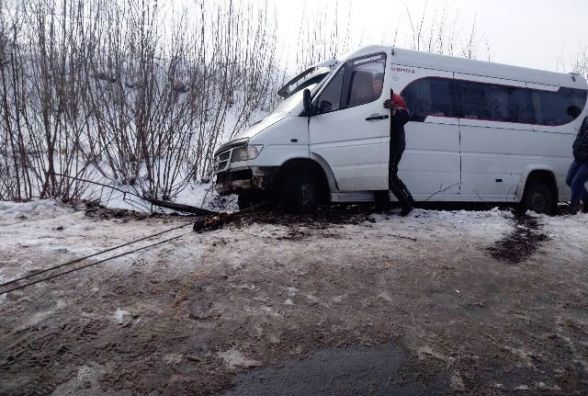 Водій мікроавтобуса через слизьку дорогу не впорався з керуванням та з'їхав у кювет