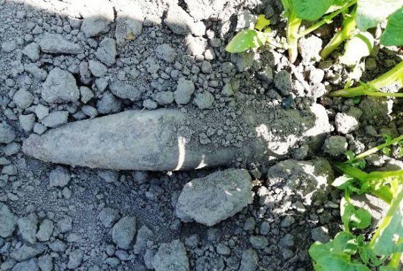 Обгортаючи картоплю на власному городі, селяни знайшли снаряд