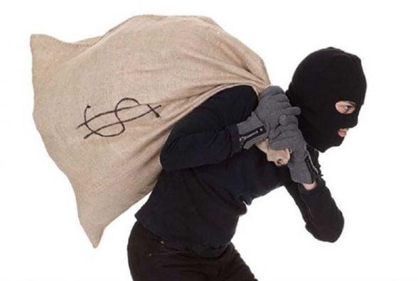 Крадій виніс з приватного помешкання житомирянина дві шуби, взуття та дитячі санки
