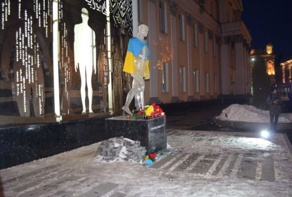 Гелеві кульки і паперові птахи символічно злетіли в небо Житомира як пам'ять про загиблих Героїв Небесної Сотні