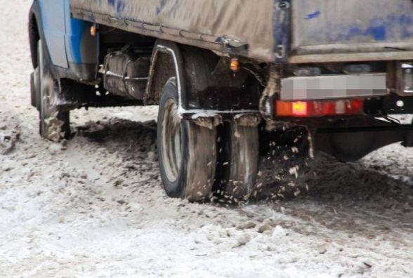 Коростишівський район: рятувальники визволили зі снігу вантажівку