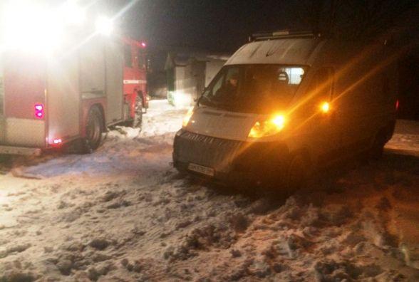 З весняних снігових заметів вивільнено 4 вантажівки та швидку допомогу