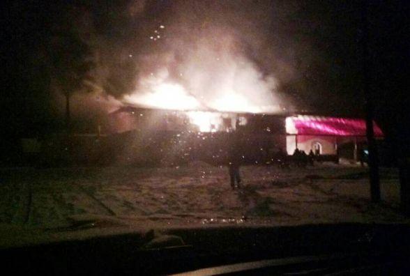 Десятеро вогнеборців уночі гасили пожежу в продуктовому магазині в Лугинському районі