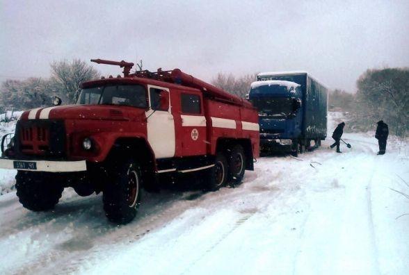 Житомирська область: рятувальники вивільняють вантажівки зі снігових заметів