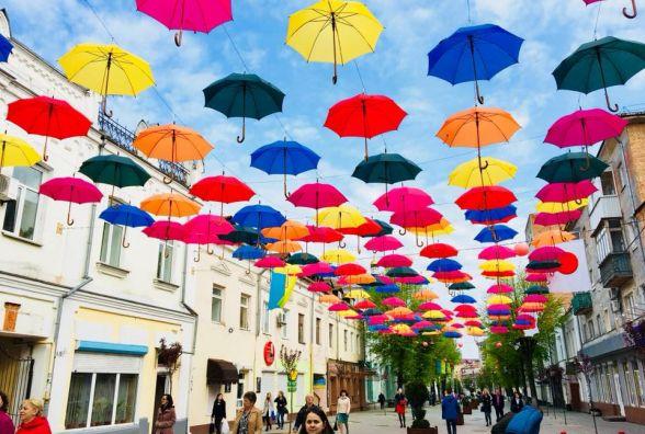 Нова фотозона у Житомирі: на Михайлівській розвісили 186 різнокольорових парасольок