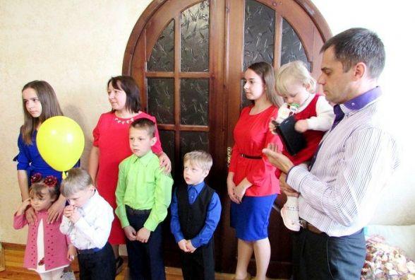 Родині з Новограда-Волинського, яка взяла на виховання 5 дітей, придбали будинок за майже 2 млн грн