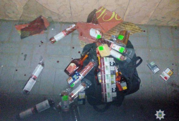 У Житомирі поліцейські охорони затримали чоловіків, які намагались обікрасти магазин у центрі міста